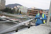 UMÝT. Pracovníci technický služeb Děčín umyli zaneřáděný Tyršův most.