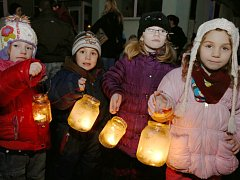 Děti vyrazily na krátký průvod městem od mateřské školky v Riegerově ulici v Děčíně. Došly až na děčínský zámek.
