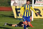 Fotbalisté Varnsdorfu (žlutomodré dresy) doma prohráli 1:3 se Žižkovem.