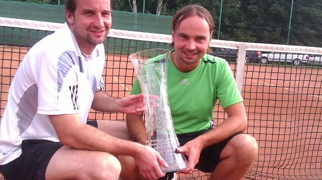 Vítězové s trofejí: Rudolf Kadlubiec (vlevo), Marek Rakušan.