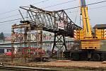 Ocelová lávka přes východní nádraží šla k zemi