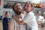 Robert Landa takhle slavil s vlastní dcerou postup do finále play-off. Teď povede Válečníky jako zaskakující trenér za Tomáše Grepla.