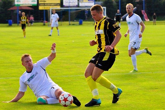 JAK TO BUDE? Vilémovský Aleš Vavroušek (v bílém) odkopává míč v utkání proti Litoli.