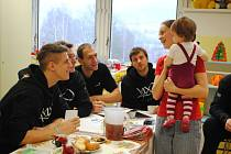 BASKETBALISTÉ DĚČÍNA potěšili svou návštěvou děti v děčínské nemocnici.