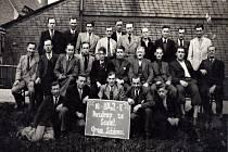Totálně nasazení. Skupinka totálně nasazených v šenovských železárnách v roce 1942.