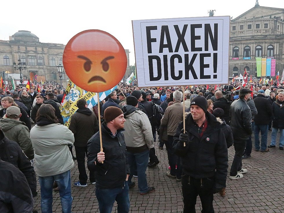 Demonstrace v Drážďanech proti uprchlíkům.
