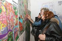 Na veřejném projednávání konceptu územního plánu Ústí nad Labem, který se konal začátkem března, mohli lidé nahlédnout do map, kde byly územní plány rozkresleny.