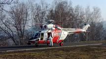 Vrtulník LZS Plzeň se chystá na přepravu pacienta z Děčína na Vysočinu