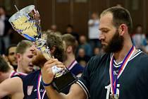 DVAKRÁT DRUZÍ. V minulé sezóně basketbalový Děčín získal dva poháry (liga, pohár) za druhé místo. Na snímku je Jakub Houška s pohárem pro vicemistra ligové soutěže.