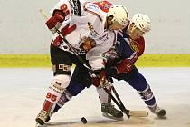 OPĚT VÍTĚZNĚ. Hokejisté HC Děčín (v tmavém) doma porazili po prodloužení 3:2 Klatovy.