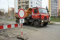 Rozkopanou ulicí mohou jezdit jen autobusy.