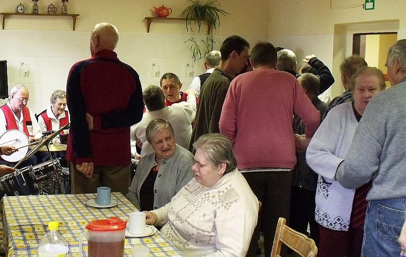 Pálení čarodějnice slavili také klienti Domova osob se zdravotním postižením v Kytlicích.