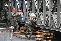Složitá stavba vzhledem k nedostatku místa dala vojákům zabrat.