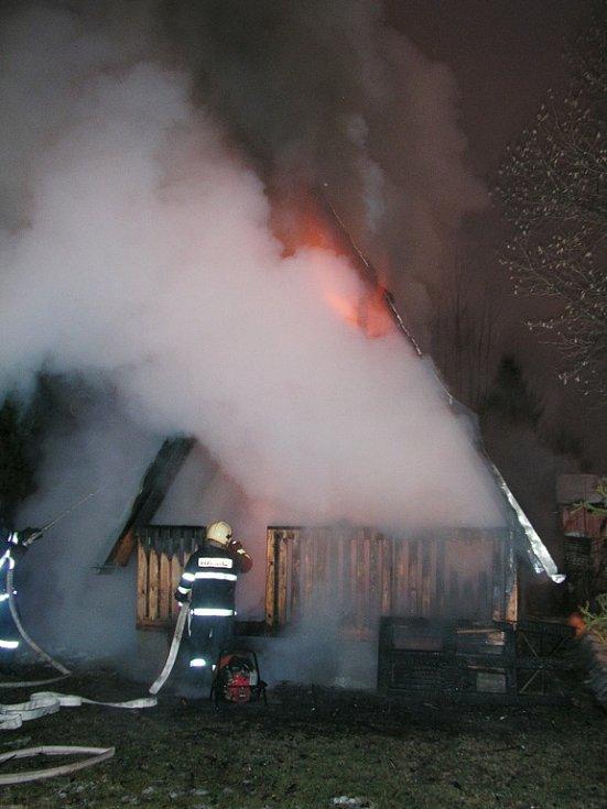 Při likvidaci požáru byl zraněn příslušník HZS