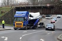 Kamion se zasekl pod viaduktem v Hankově ulici.