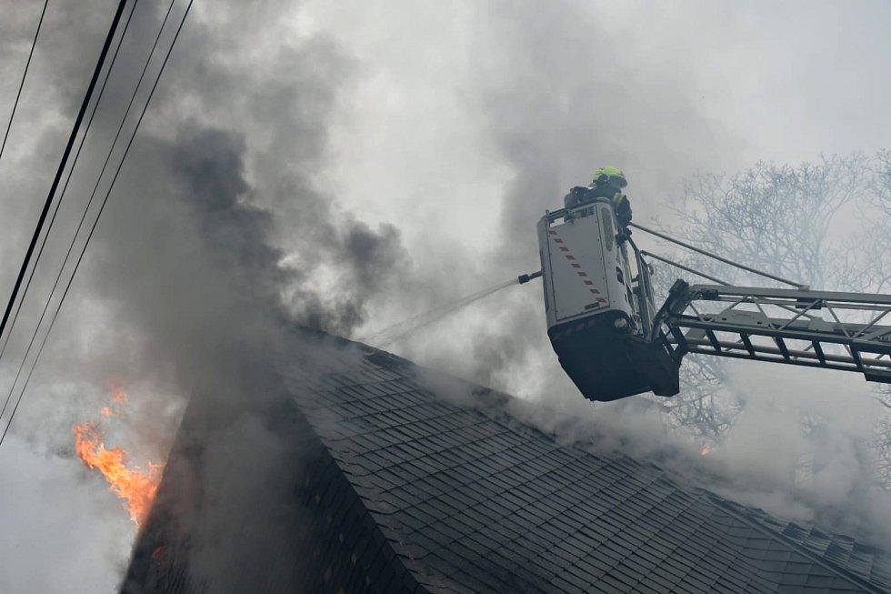 Hasiči zasahují u požáru roubenky v Brtníkách