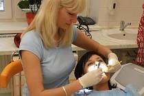 Jana Vrábl´ová, dentální hygienistka při své práci.