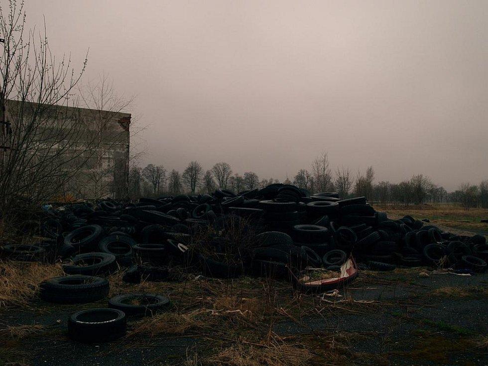 KRÁSNÁ LÍPA.  V Krásné Lípě je zřejmě nejproblematičtější lokalitou areál bývalého agrochemického podniku. Podle místních zde město již několikrát skládku uklízelo, ale po krátké době se zde opět objevily hromady odpadků.