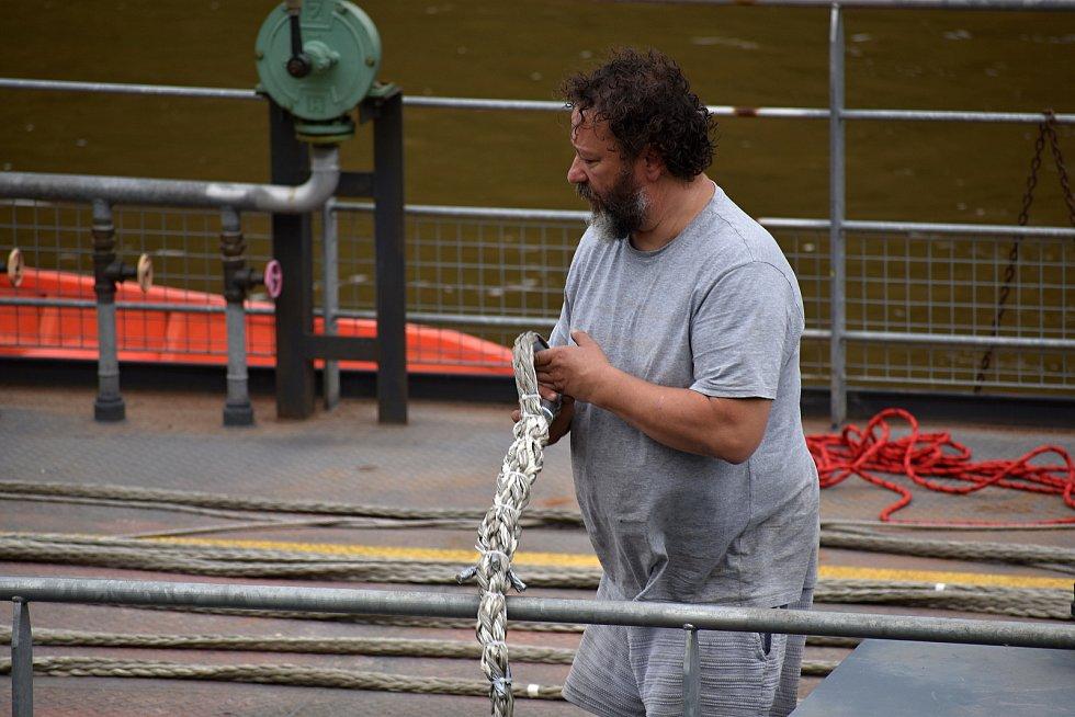 Na přívozu v Dolním Žlebu vyměnili vodící lano, které se nedávno přetrhlo.