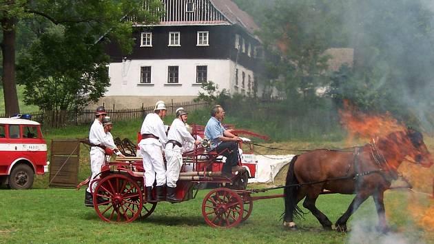 Hasiči v akci aneb ukázka hasičské práce s historickým vozem po  kácení máje.