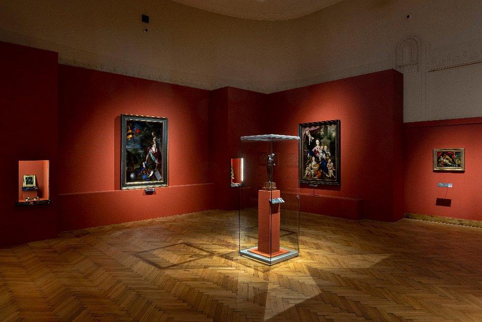 Výstava Rudolf II. Umění pro císaře - pohled do expozice, vpopředí Adrian de Vries (1556 – 1626): Tančící faun (soukromá sbírka vČR), vlevo Bartholomeus Spranger (1546 – 1611): Alegorie na turecké války (soukromá sbírka vČR), vpravo Dirk de Quade van R