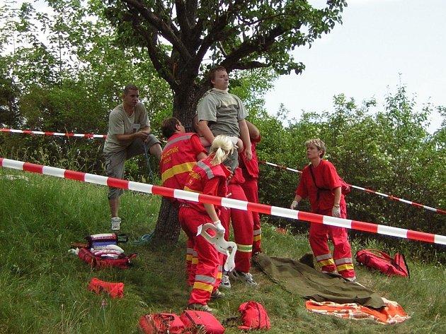 Jednou ze soutěžních disciplin, kterou museli plnit i dobrovolní zdravotníci z Děčína, byla první pomoc sebevrahovi, který se pokoušel oběsit.