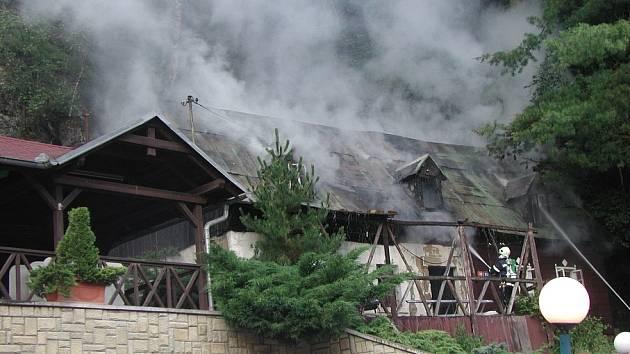 Hasiči likvidovali požár starého, neužívaného rodinného domku vedle hotelu Praha v Hřensku.