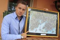 Ladislav Cafourek ukazuje jeden z svých obrazů.