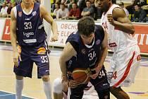 ŠKODA. Basketbalisté Děčína (v modrém) podlehli těsně 66:68 Nymburku.