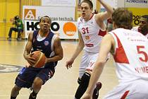 Basketbalisté Děčína (v modrém) podlehli Nymburku.