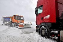 Sníh v Rumburku komplikuje dopravu.