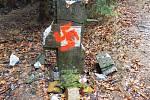 Na pomník zavražděných Němců někdo nastříkal hákový kříž.