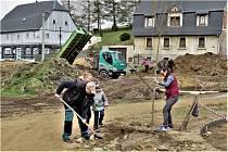 Hned ve dvou lokalitách v obci Vilémov na Šluknovsku zakořeňuje od soboty 24. dubna celkem jednatřicet nových stromů, jejichž výsadbu podpořila Nadace ČEZ 113 600 korunami v rámci grantu Stromy.