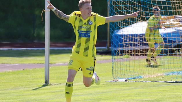 Patrik Schön oslavuje svou rychlou trefu, kterou poslal své barvy do vedení 1:0. Varnsdorf nakonec vyhrál 3:1.