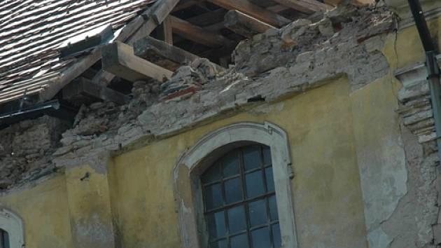 Římsa se zbortila do interiérů  verneřického kostela, hromady suti  skončily i před svatostánkem.