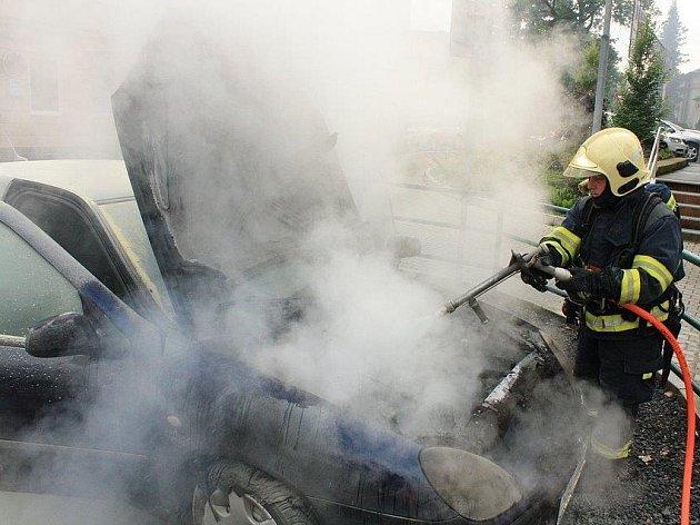Auto začalo hořet za jízdy, žena musela rychle zaparkovat.