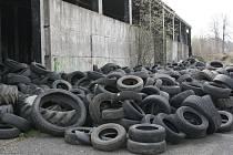 Černá skládka v průmyslovém areálu s tisící pneumatik děsí Krásnou Lípu.