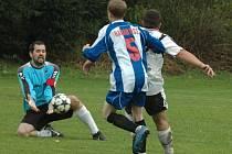 STAČIL JEDINÝ GÓL. Verneřice (v bílém) vyhrály 1:0 na hřišti Dolních Habartic.