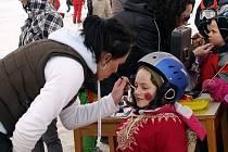 Děti se proháněly v Horním Podluží na sjezdovce v maskách.