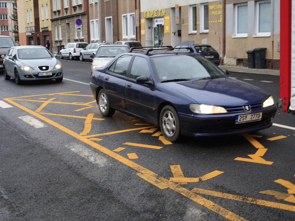 Novou značku dost řidičů ignoruje a blokuje tak průjezd křižovatkou.