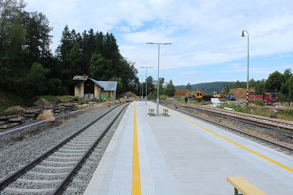 Opravované dolní nádraží v Mikulášovicích.