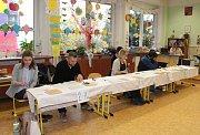I těsně před uzavřením volebních místností si u voleb lidé podávali dveře. Jinak tomu nebylo ani na základní škole na Kamenické ulici v Děčíně.