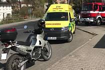 V Jílovém u koupaliště se střetla dodávka s motorkou. Motorkář byl převezen do nemocnice.