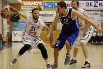 PAVEL BOSÁK (vlevo) se snaží rozehrát ve třetím zápase, ve kterém Děčín slavil postup.