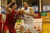Basketbalisté Děčína (v bílém) na domácí palubovce převálcovali chomutovské Levhrty