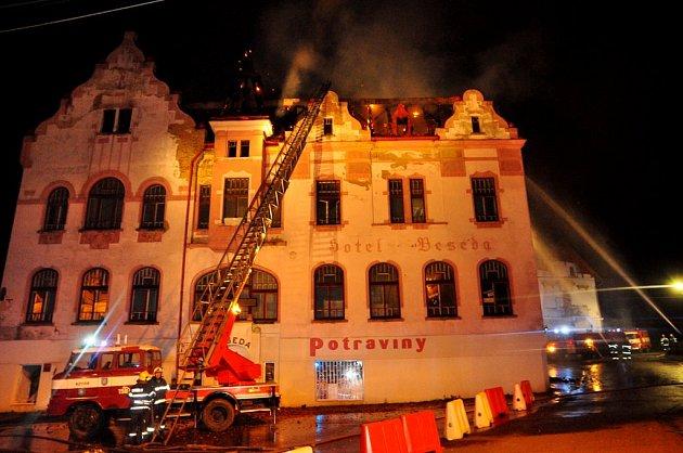 Hasiči likvidovali v noci požár bývalé Besedy v Jiříkově.