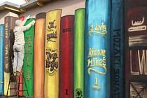 Z dosud nevzhledné kůlny se stala zajímavá knihovna.