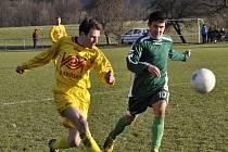 REZERVA JEDE. Fotbalisté Šluknova B (v zeleném) doma porazili Těchlovice (ve žlutém) těsně 3:2.