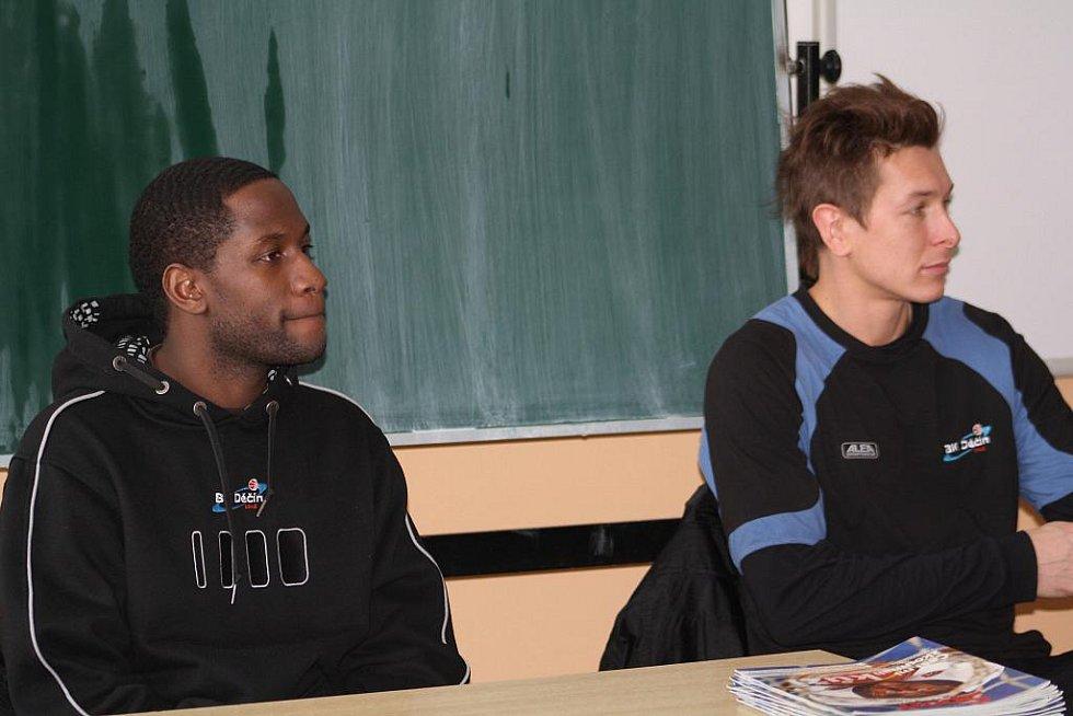 BASKETBALISTÉ BK Děčín Levell Sanders a Luboš Stria navštívili hodinu anglického jazyka.