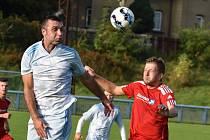 Fotbalisté Jílového (červené dresy) doma porazili Srbice 3:1.